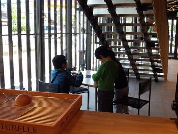 次男とカフェラテ。