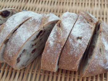 厚切りぶどうパン。