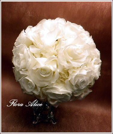 純白のバラのラウンドブーケ