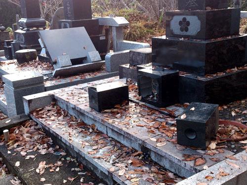 猿による墓石倒壊被害西川町