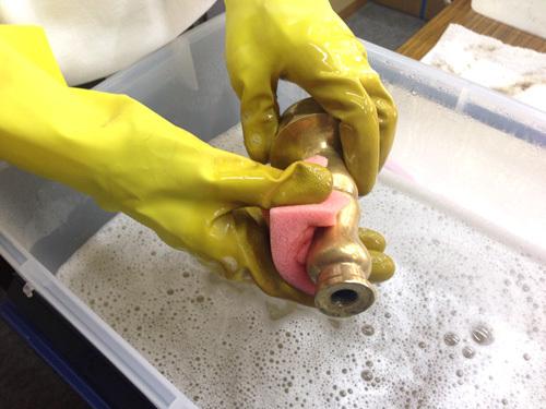仏具クリーニングスポンジで洗う
