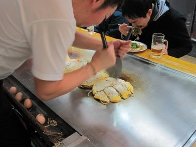 広島のお好み焼き作り中