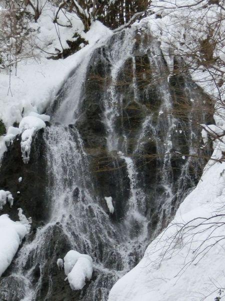 開運出世の滝の冬