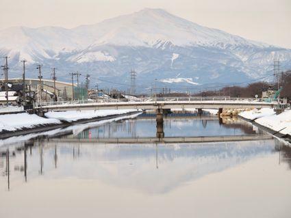 夕景新井田川水鏡の鳥海