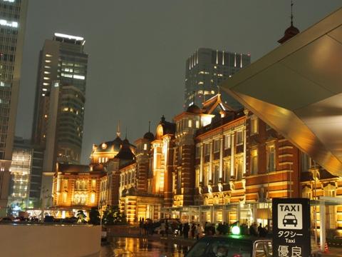 東京駅は雨