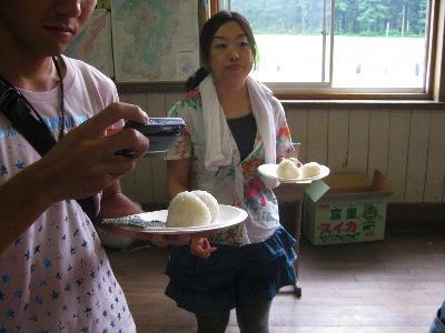 山形のお米3種でたべくらべ。おにぎりを自分で握る。
