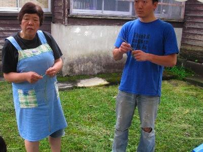 新庄市のお姉様(写真左)と楽しいトークをしながら作業