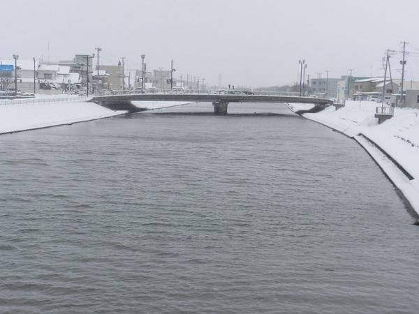 雪に囲まれたにいだ川