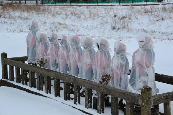 真冬の9基の地蔵尊