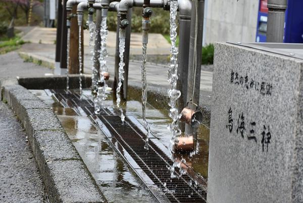 鳥海三神の水を汲む