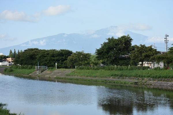 薄く見える鳥海山