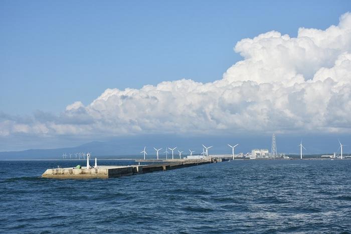日本海からの鳥海山は雲の山