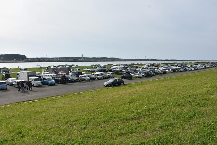 日曜の最上川河川敷は車の行列