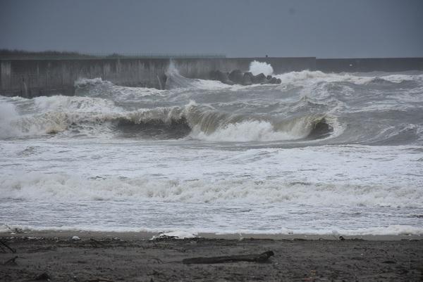超大型台風21号、宮海海岸を襲う