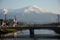 晴天の朝の鳥海山