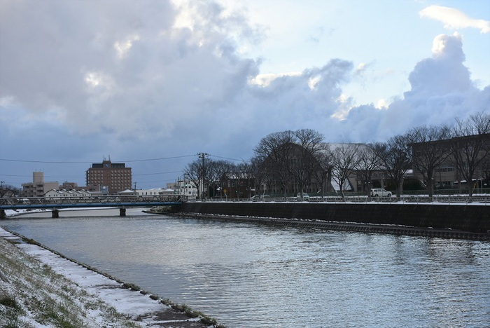 新井田川と冬空の輝き