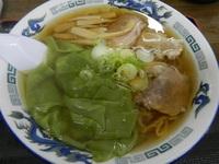 緑色の海老ワンタンメン