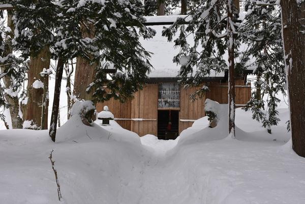 豪雪の玉簾の滝を行く