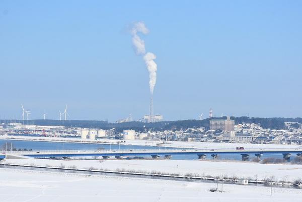 飯森山頂上から見る真っ直ぐ立ち上る煙と冬景色