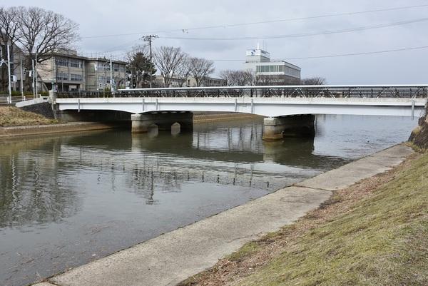 酒田本港近くの新井田川風景