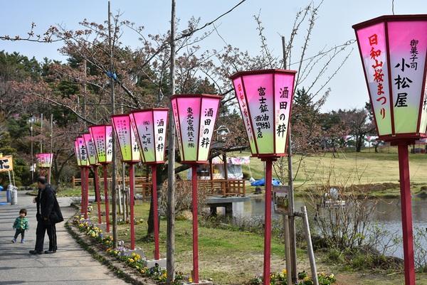 日和山花は咲き始め、露店は準備完了