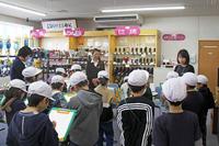 赤湯小学校の児童20名が社会見学に来店しました。
