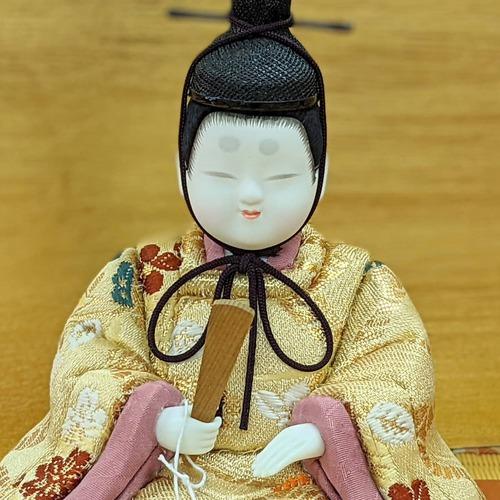 コンパクトな木目込み人形です