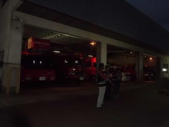 夜の消防署では?