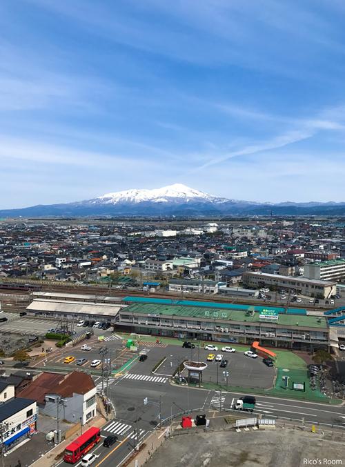 R 『酒田駅前と鳥海山』