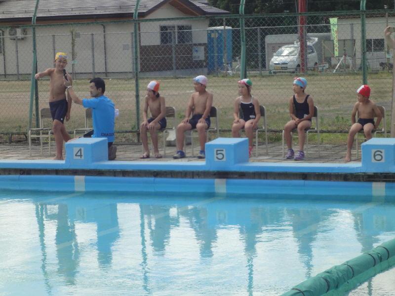 ◎歓声を上げる各学年 ◎模範泳法 ◎自由泳ぎ  梨郷小学校職員室