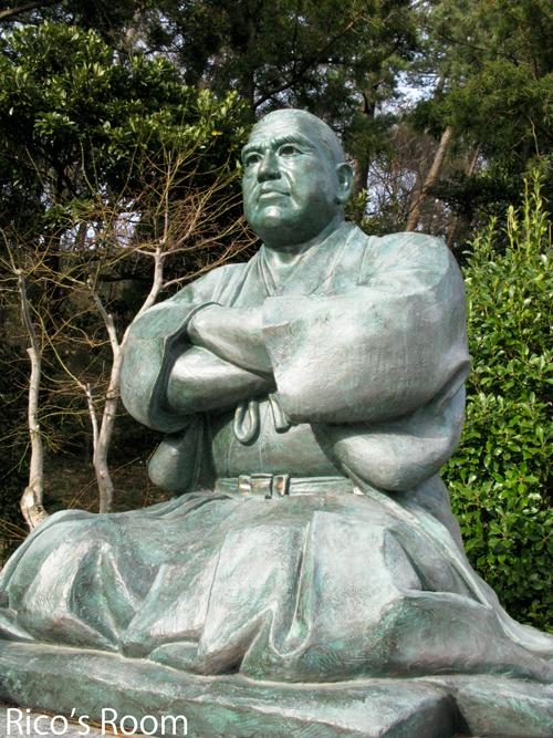 西郷隆盛像といっても、 酒田『南洲神社』の西郷さんは、座っておられます... 酒田の西郷隆盛像!