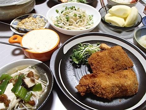 鱈フライ×タルタルソース・中華サラダ・豆腐×なめこ×ねぎの鍋・手作り塩納豆・サンふじ