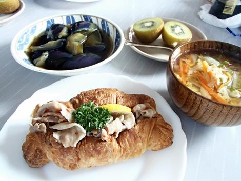 ロアジスカフェ・もちぶたサルサクロワッサン・みずほ通り店・キウイフルーツ