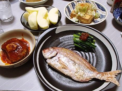 小鯛塩焼き・しいたけの肉詰め・ほうれん草のおひたし・厚揚げ・サンふじ