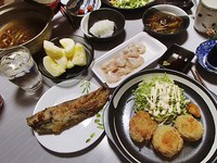 コロッケ・身欠きにしん天ぷら・つぶ貝刺身・なめこの鍋・大根おろし・サンふじ