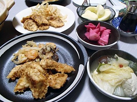 鱈の天ぷら・海老と玉ねぎのかき揚げ・白菜と豆腐の鍋・赤かぶ漬・サンふじ