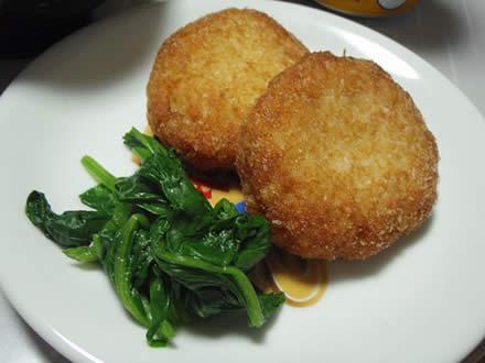 玉葱フライ・西塚蒲鉾店・牛肉野菜炒め・なめこ汁・ベルコーレ(白)・プラム